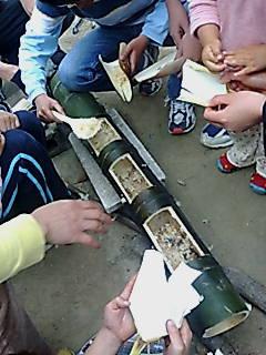 竹で作るたけのこごはん!